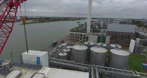 Vista aérea do guindaste industrial no porto, dordrecht, Países Baixos vídeos de arquivo