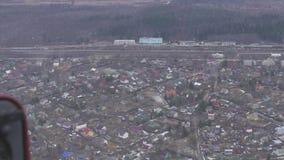 Vista aérea do helicóptero do voo Câmera para dentro Paisagem do campo Muitos edifícios Floresta vídeos de arquivo