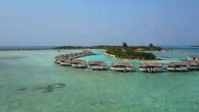 Vista aérea do hotel de resort da ilha tropical com as palmeiras brancas da areia e do Oceano Índico de turquesa em Maldivas, câm filme