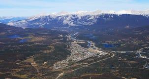 Vista aérea do jaspe, Alberta em Rocky Mountains 4K vídeos de arquivo