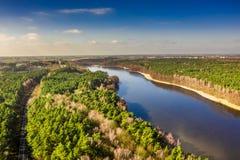 Vista aérea do lago e da floresta bonitos imagens de stock