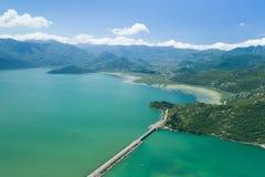 Vista aérea do lago e da represa Skadar fotos de stock