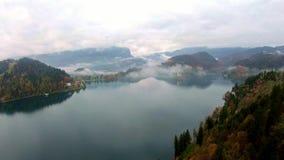 A vista aérea do lago famoso sangrou com a ilha e a igreja minúsculas da peregrinação da suposição de Maria filme