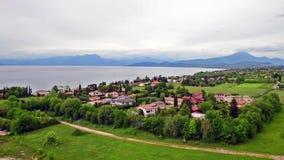 Vista aérea do lago Garda, Itália Tiro da filtração video estoque