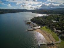 Vista aérea do lago Lysterfield e da floresta Melbourne, Austrália Fotografia de Stock