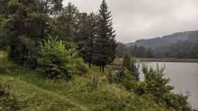 Vista aérea do lago na montanha Goc na névoa fotografia de stock royalty free