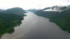 Vista aérea do lago Teletskoe e da barca após a chuva A república de Altai, Rússia filme