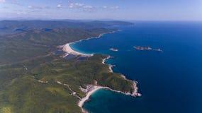 A vista aérea do mar da agua potável e a areia costeiam fotografia de stock