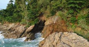 Vista aérea do mar e e da tubulação de escape na rocha em Phuket video estoque