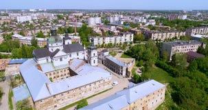 Vista aérea do monastério do Carmelites desencapado em Berdichev, Ucrânia filme