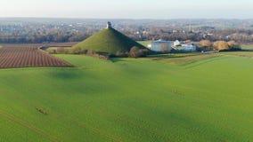 Vista aérea do monte do leão com terra de exploração agrícola ao redor vídeos de arquivo