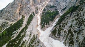 Vista aérea do mudflow com a neve alta nas montanhas alpinas Foto de Stock Royalty Free