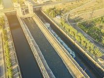Vista aérea do navio da barca no rio na doca da entrada perto da represa f fotografia de stock royalty free
