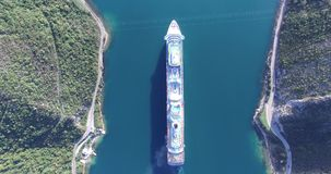 Vista aérea do navio de cruzeiros na baía de Kotor video estoque