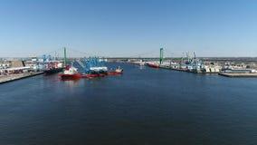 Vista aérea do navio do portador da carga pesada que entrega guindastes de pórtico Philadelphfia video estoque