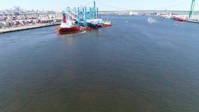 Vista aérea do navio do portador da carga pesada que entrega guindastes de pórtico Philadelphfia filme