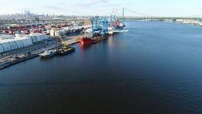 Vista aérea do navio do portador da carga pesada que entrega guindastes de pórtico Philadelphfia vídeos de arquivo