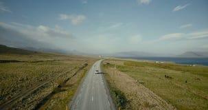 Vista aérea do oceano e do vale das montanhas Carros que montam na estrada do campo no lugar pitoresco video estoque