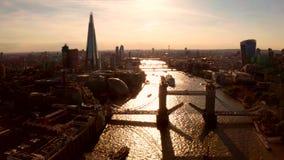 Vista aérea do pôr do sol das portas de fechamento da ponte Torre vídeos de arquivo
