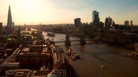 Vista aérea do pôr do sol das portas de fechamento da ponte Torre video estoque