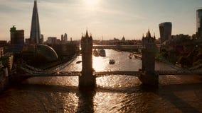 Vista aérea do pôr do sol das portas de fechamento da ponte Torre filme