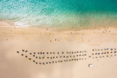 Vista aérea do parasol da praia de Santa Maria e da cadeira de plataforma no Sal mim fotografia de stock royalty free