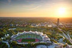 Vista aérea do parque olímpico com estádio no por do sol em Munich fotografia de stock royalty free