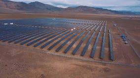 Vista aérea do parque do painel solar Painéis solares no deserto, entre as montanhas Altai, Kosh-Agach Perto da beira filme