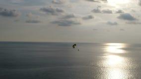 Vista aérea do por do sol e do paraglide sobre o fundo bonito do céu e do mar video estoque