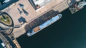 Vista aérea do porto com um barco de prazer amarrado no cais imagem de stock