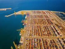 Vista aérea do porto comercial de Valência Terminal e navio de recipiente durante a carga fotografia de stock