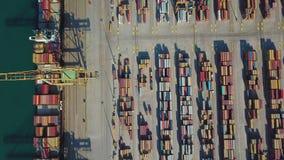 Vista aérea do porto comercial de Valência Terminal e navio de recipiente durante a carga filme