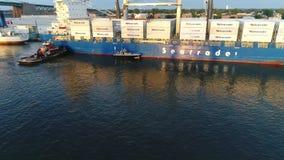 Vista aérea do porto entrando do navio de carga de Philadelphfia e do estacionamento vídeos de arquivo