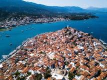 Vista aérea do porto do mar na ilha de Poros, Mar Egeu imagem de stock