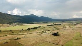 Vista aérea do prado cultivado em Capcir, França vídeos de arquivo