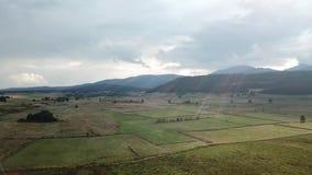 Vista aérea do prado cultivado em Capcir, França filme