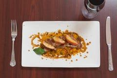 Vista aérea do prato do cuscuz com carne e vinho tinto Foto de Stock Royalty Free