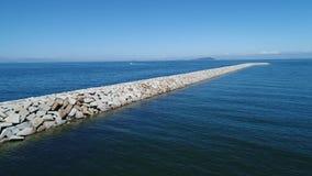 Vista aérea do quebra-mar da pedra no   do mar vídeos de arquivo