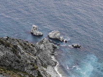 Vista aérea do recife devido de Sorelle, recife de duas irmãs, Conero NP, Itália Imagem de Stock