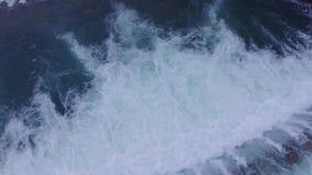 A vista aérea do rio cruza a cascata vídeos de arquivo