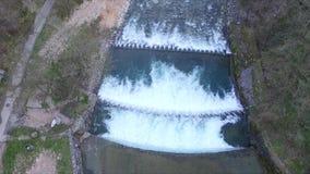 A vista aérea do rio cruza a cascata filme