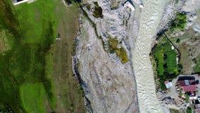 Vista aérea do rio de fluxo, Mestia, Geórgia filme