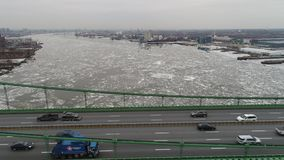 Vista aérea do Rio Delaware congelado Philadelphfia vídeos de arquivo