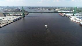 Vista aérea do Rio Delaware perto de Walt Whitman Bridge Philadelphia - New-jersey video estoque