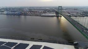 Vista aérea do Rio Delaware perto de Walt Whitman Bridge Philadelphia - New-jersey filme