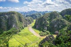 Vista aérea do rio entre os campos do arroz e as montanhas da pedra calcária, paisagem cênico vietnamiana no ninh Binh Vietnam Fotografia de Stock