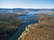 Vista aérea do rio nevado que flui no lago Jindabyne, Sout novo Fotos de Stock Royalty Free