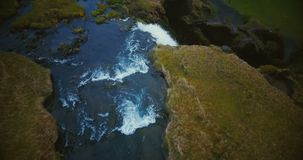 A vista aérea do rio no vale transformou-se uma cachoeira poderosa Gljufrabui em Islândia Turista que olha para observar video estoque