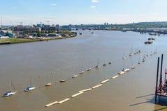 Vista aérea do rio Tamisa em Londres oriental fotos de stock royalty free