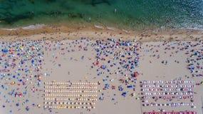 Vista aérea do Sandy Beach com os turistas que nadam na água do mar bonita imagens de stock